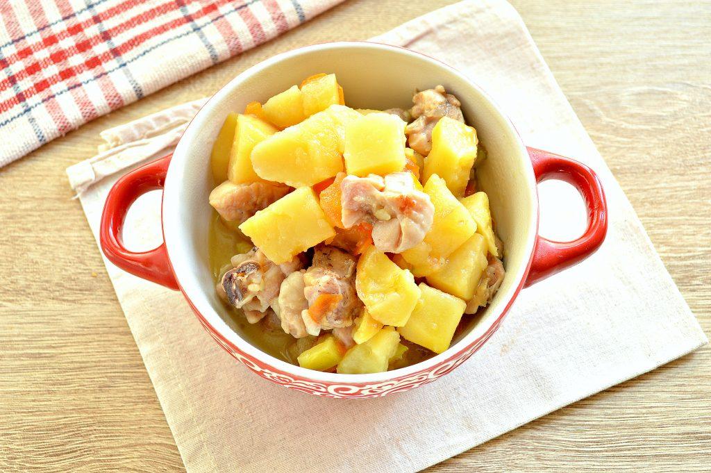 Фото рецепта - Курица, тушенная с кабачками и картофелем - шаг 7