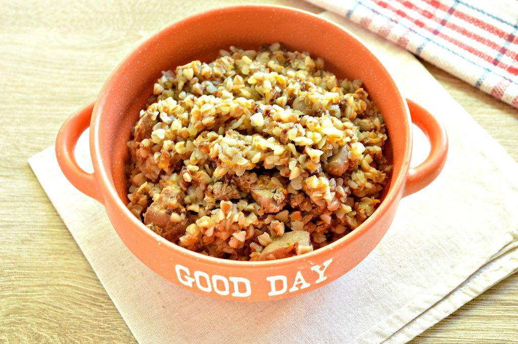 Фото рецепта - Куриная печень с гречкой и овощами - шаг 7