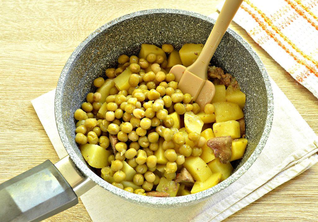 Фото рецепта - Картофель, тушеный с куриной печенью и зеленым горошком - шаг 7