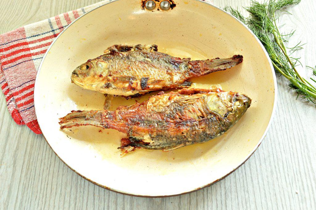 Фото рецепта - Караси, жаренные на сковороде с морковью и луком - шаг 7
