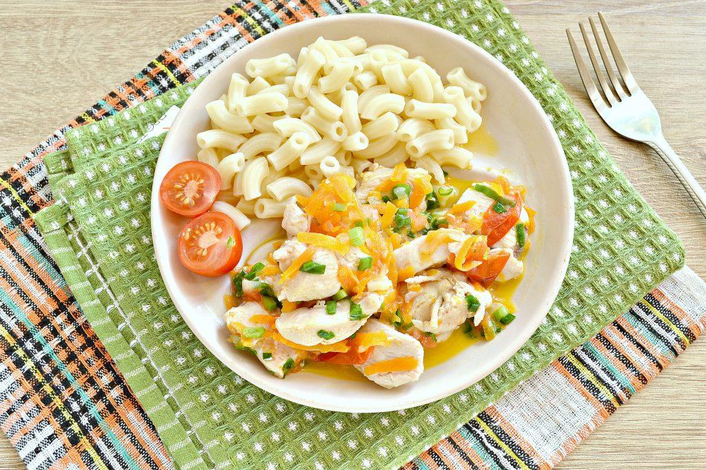 Фото рецепта - Куриная грудка, тушенная с черри и овощами - шаг 6