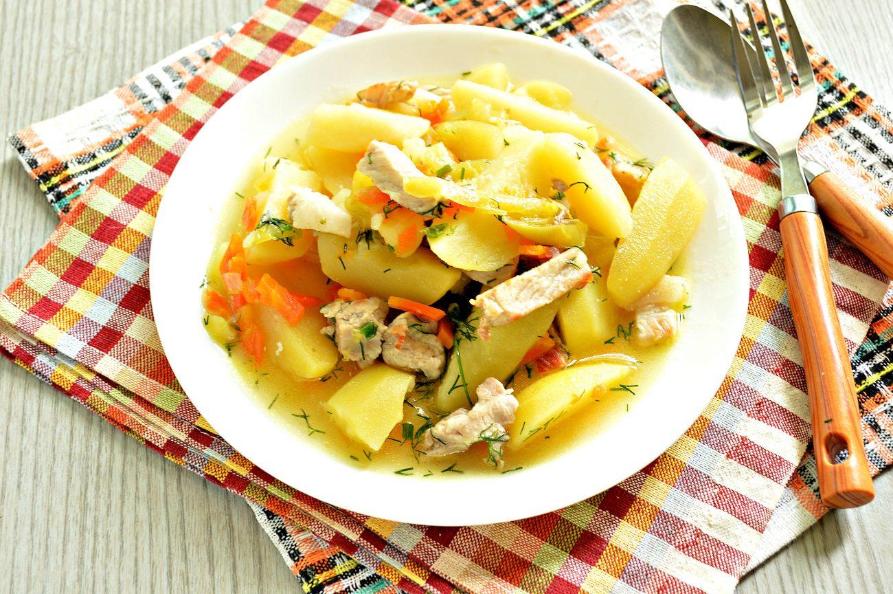 Молодой картофель, тушеный со свининой и овощами