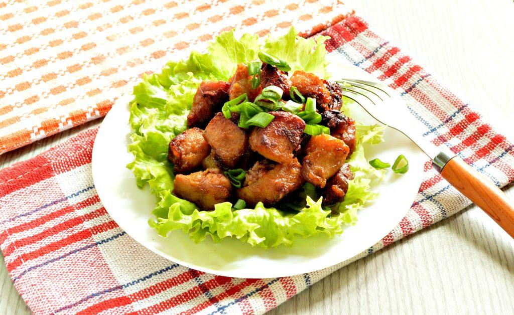 Фото рецепта - Свинина в соевом соусе, жаренная с луком - шаг 7