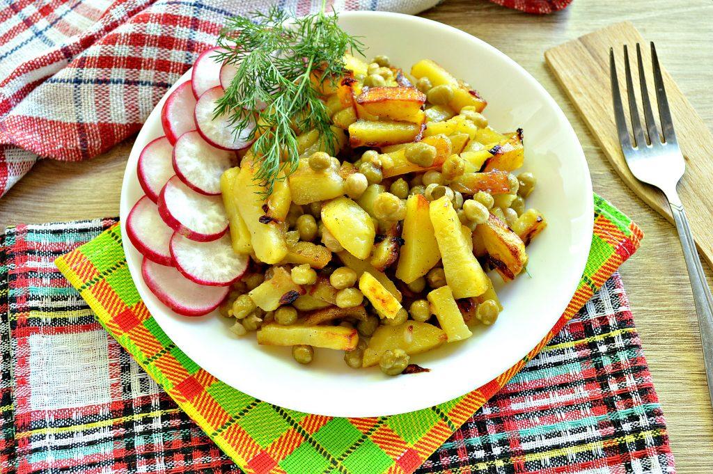 Фото рецепта - Картофель на сковороде с зеленым консервированным горошком - шаг 8