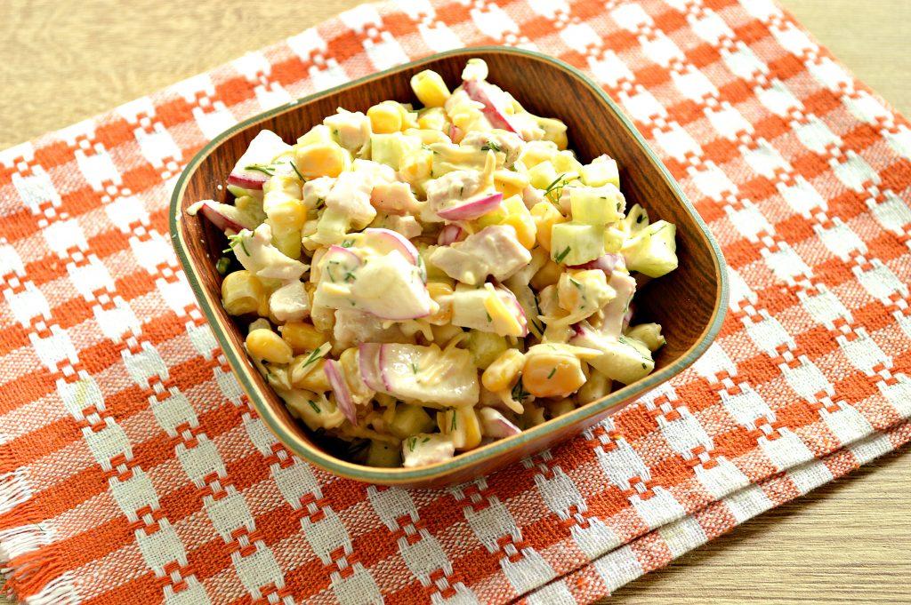 Фото рецепта - Куриный салат с кукурузой и редиской - шаг 8