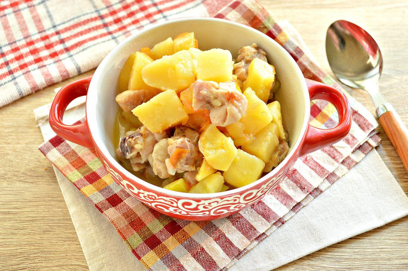 Курица, тушенная с кабачками и картофелем