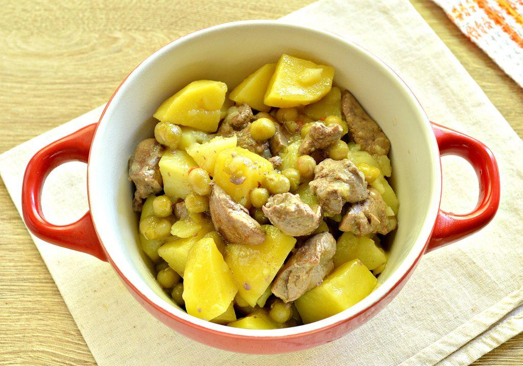Фото рецепта - Картофель, тушеный с куриной печенью и зеленым горошком - шаг 8