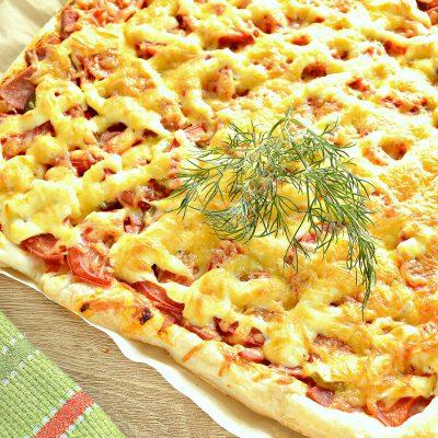 Пицца из слоеного теста с копченой колбасой - рецепт с фото