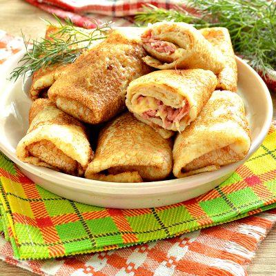 Фаршированные блины, запеченные в духовке с копченой колбасой и сыром - рецепт с фото