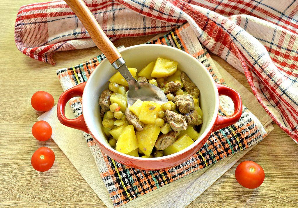 Фото рецепта - Картофель, тушеный с куриной печенью и зеленым горошком - шаг 9