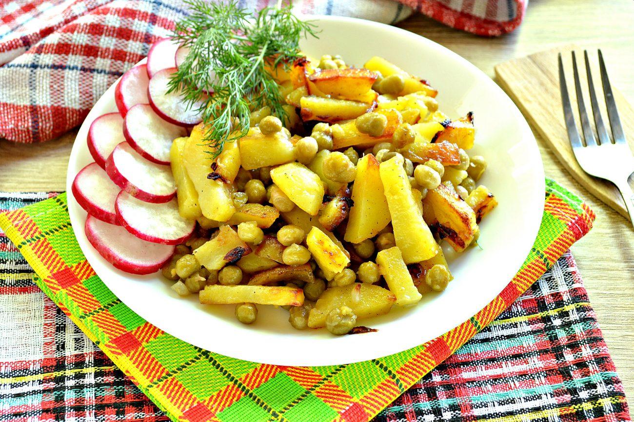 Картофель на сковороде с зеленым консервированным горошком
