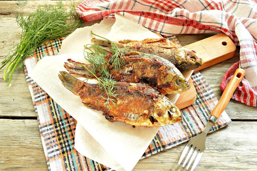 Фото рецепта - Караси, жаренные на сковороде с морковью и луком - шаг 8