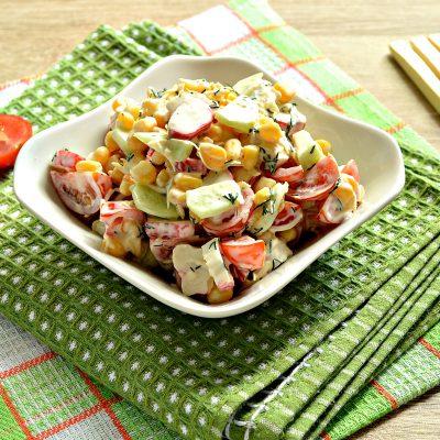 Салат с крабовыми палочками, черри и кукурузой - рецепт с фото