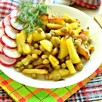 Картофель на сковороде с зеленым консервированным горошком - рецепт с фото