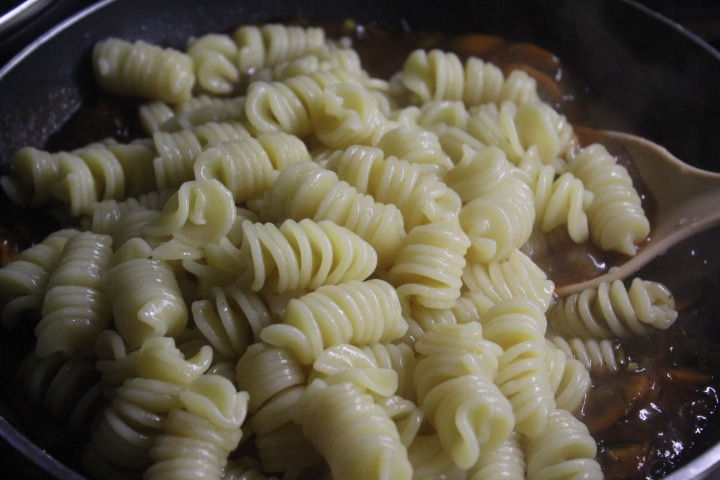 Фото рецепта - Паста в томатном соусе с овощами - шаг 5
