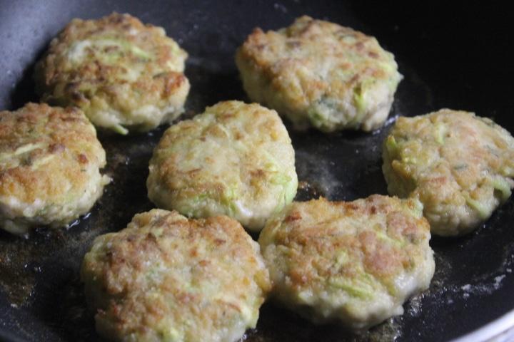 Фото рецепта - Котлеты из куриного фарша с молодым кабачком - шаг 5