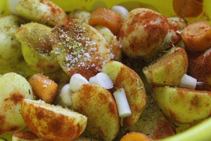 Фото рецепта - Молодой картофель в фольге в духовке - шаг 2