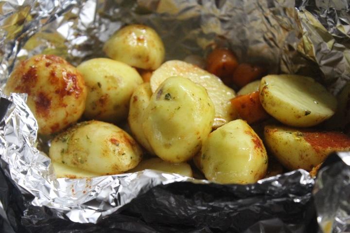 Фото рецепта - Молодой картофель в фольге в духовке - шаг 3