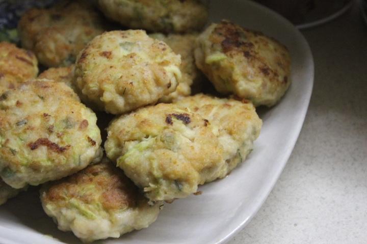 Фото рецепта - Котлеты из куриного фарша с молодым кабачком - шаг 7