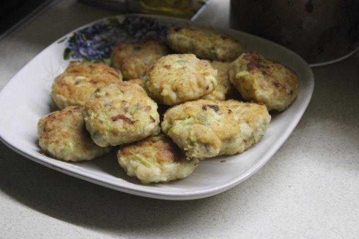 Фото рецепта - Котлеты из куриного фарша с молодым кабачком - шаг 6
