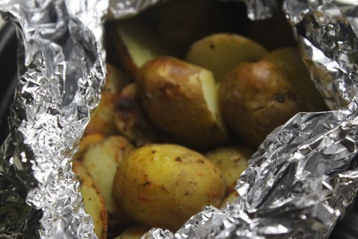 Фото рецепта - Молодой картофель в фольге в духовке - шаг 4