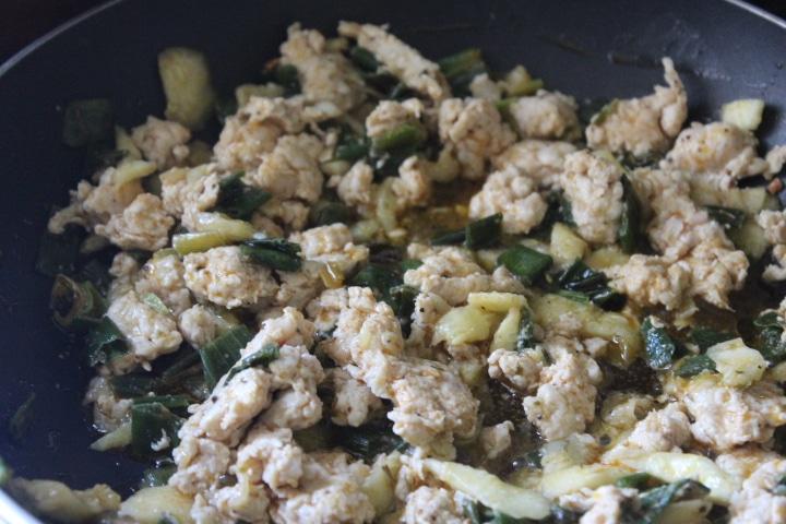 Фото рецепта - Фаршированные лодочки из кабачков с курицей - шаг 4