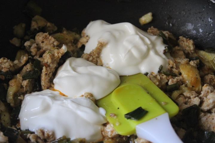 Фото рецепта - Фаршированные лодочки из кабачков с курицей - шаг 5