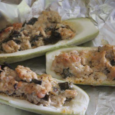 Фаршированные лодочки из кабачков с курицей - рецепт с фото