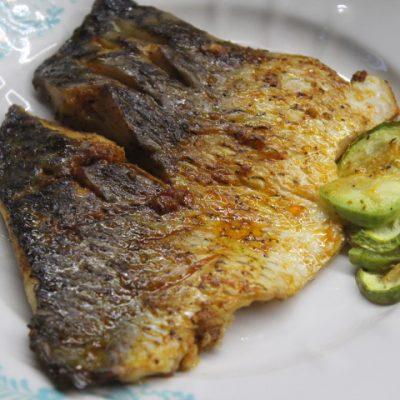 Филе карпа в пикантном чесночном соусе с кабачками - рецепт с фото