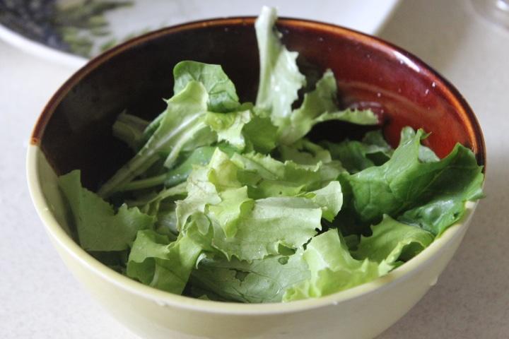 Фото рецепта - Зеленый салат с тунцом и томатами - шаг 1