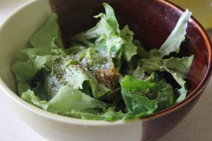 Фото рецепта - Зеленый салат с тунцом и томатами - шаг 2