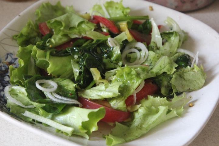 Фото рецепта - Зеленый салат с тунцом и томатами - шаг 4