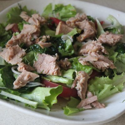 Зеленый салат с тунцом и томатами - рецепт с фото