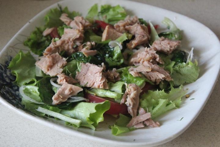 Зеленый салат с тунцом и томатами