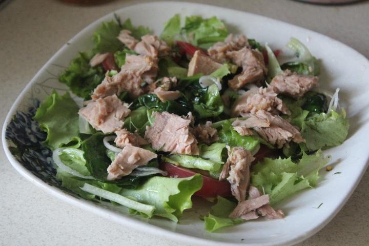 Фото рецепта - Зеленый салат с тунцом и томатами - шаг 6