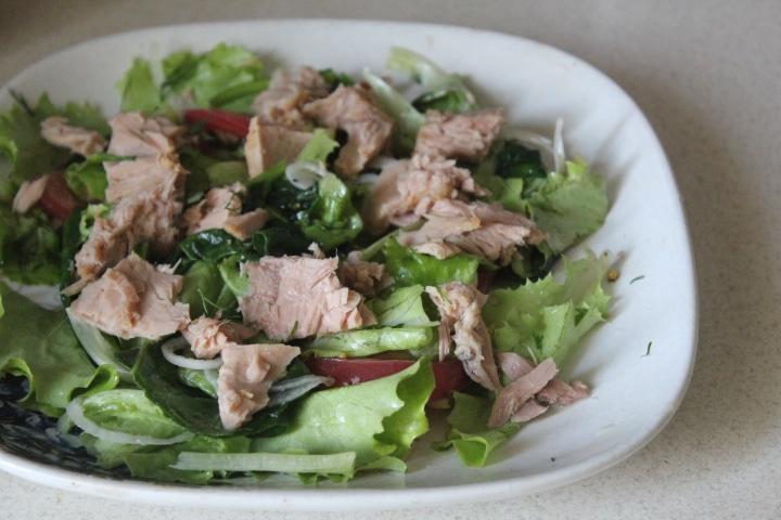 Фото рецепта - Зеленый салат с тунцом и томатами - шаг 5