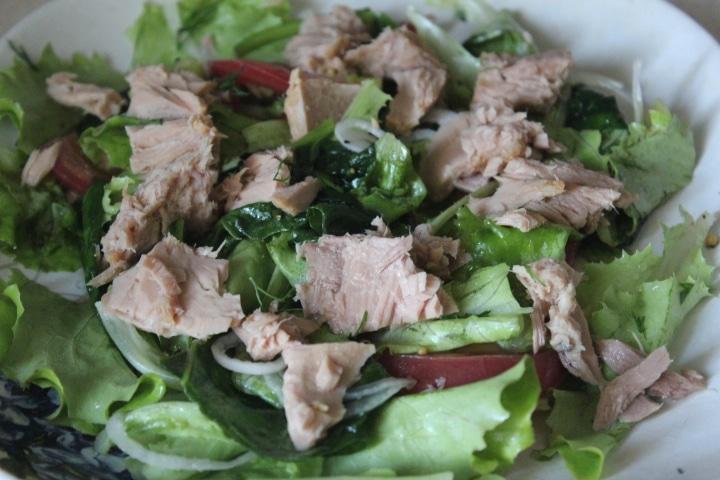 Фото рецепта - Зеленый салат с тунцом и томатами - шаг 7