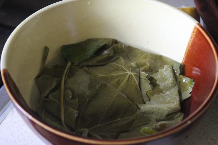 Фото рецепта - Свинина в виноградных листьях в духовке - шаг 1