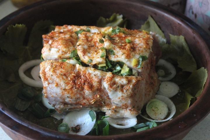 Фото рецепта - Свинина в виноградных листьях в духовке - шаг 5