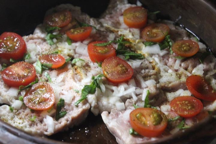 Фото рецепта - Свинина с томатами, базиликом и сыром в духовке - шаг 3