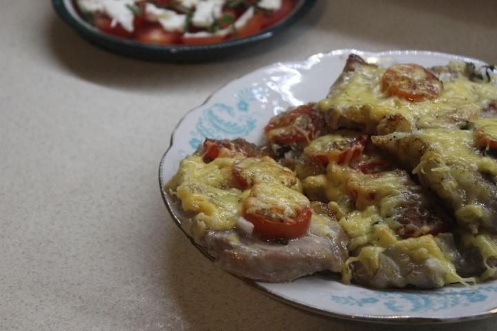 Фото рецепта - Свинина с томатами, базиликом и сыром в духовке - шаг 4