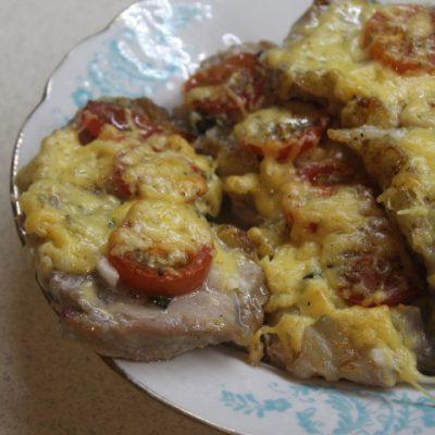 Свинина с томатами, базиликом и сыром в духовке - рецепт с фото
