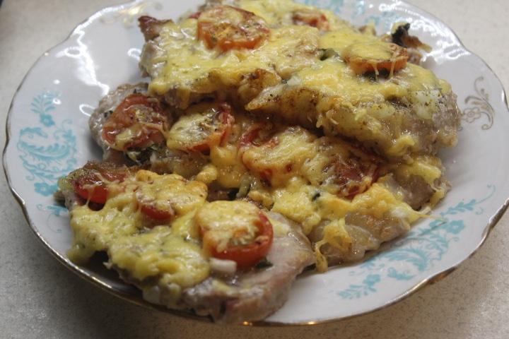 Фото рецепта - Свинина с томатами, базиликом и сыром в духовке - шаг 5