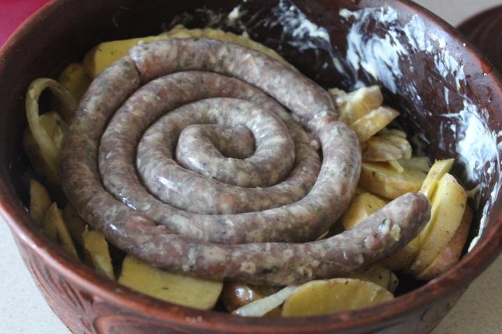 Фото рецепта - Запеченный картофель со свиными колбасками в духовке - шаг 4