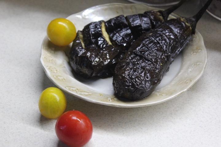 Запеченные баклажаны с маслом и соусом терияки