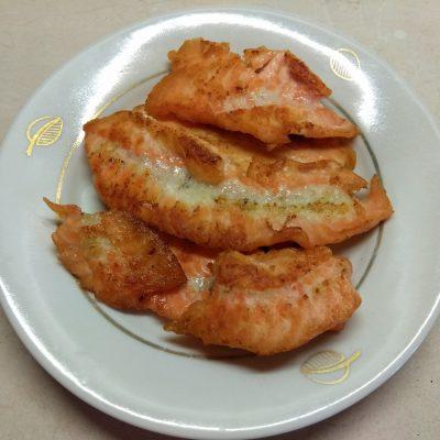 Фото рецепта - Салат c лососем, клубникой и голубым сыром - шаг 2