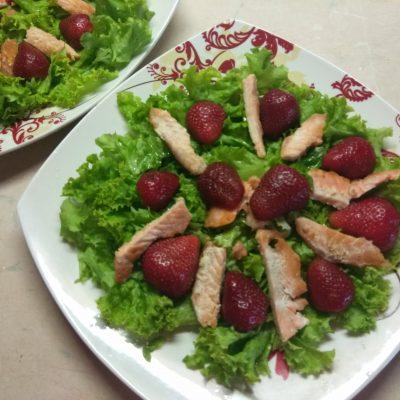 Фото рецепта - Салат c лососем, клубникой и голубым сыром - шаг 3