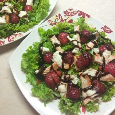 Фото рецепта - Салат c лососем, клубникой и голубым сыром - шаг 4