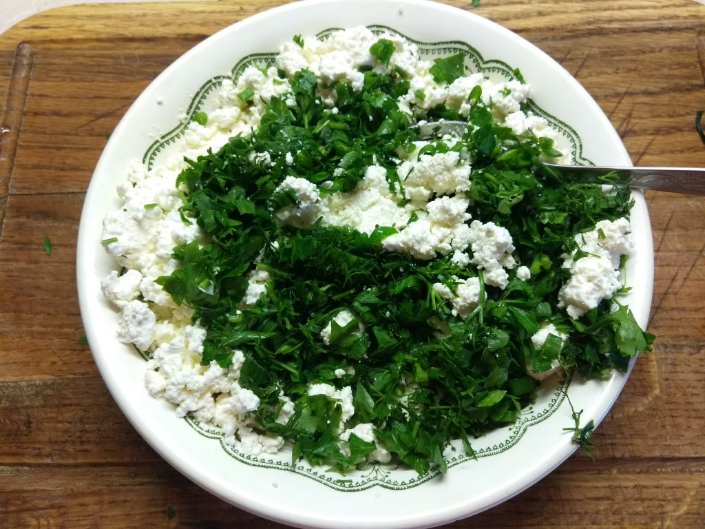 Фото рецепта - Творожные шарики с зеленью на кольцах огурца - шаг 4