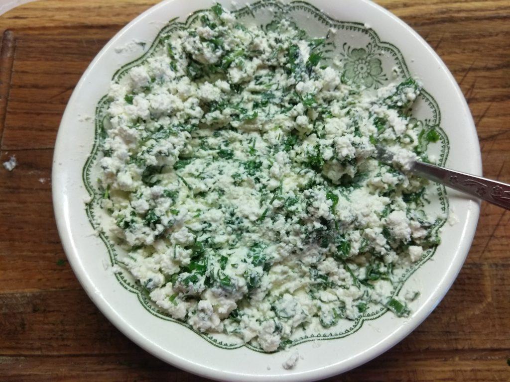 Фото рецепта - Творожные шарики с зеленью на кольцах огурца - шаг 5